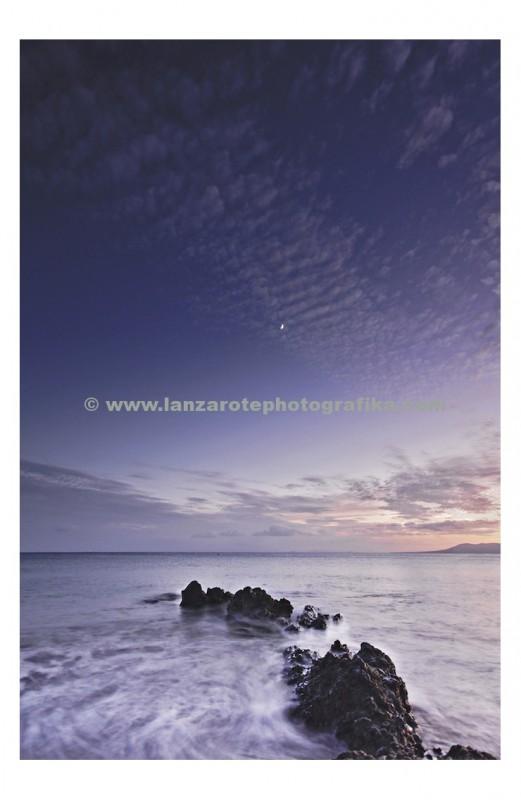 Atardecer desde el muelle en Playa Chica en Puerto del Carmen, Islas Canarias.